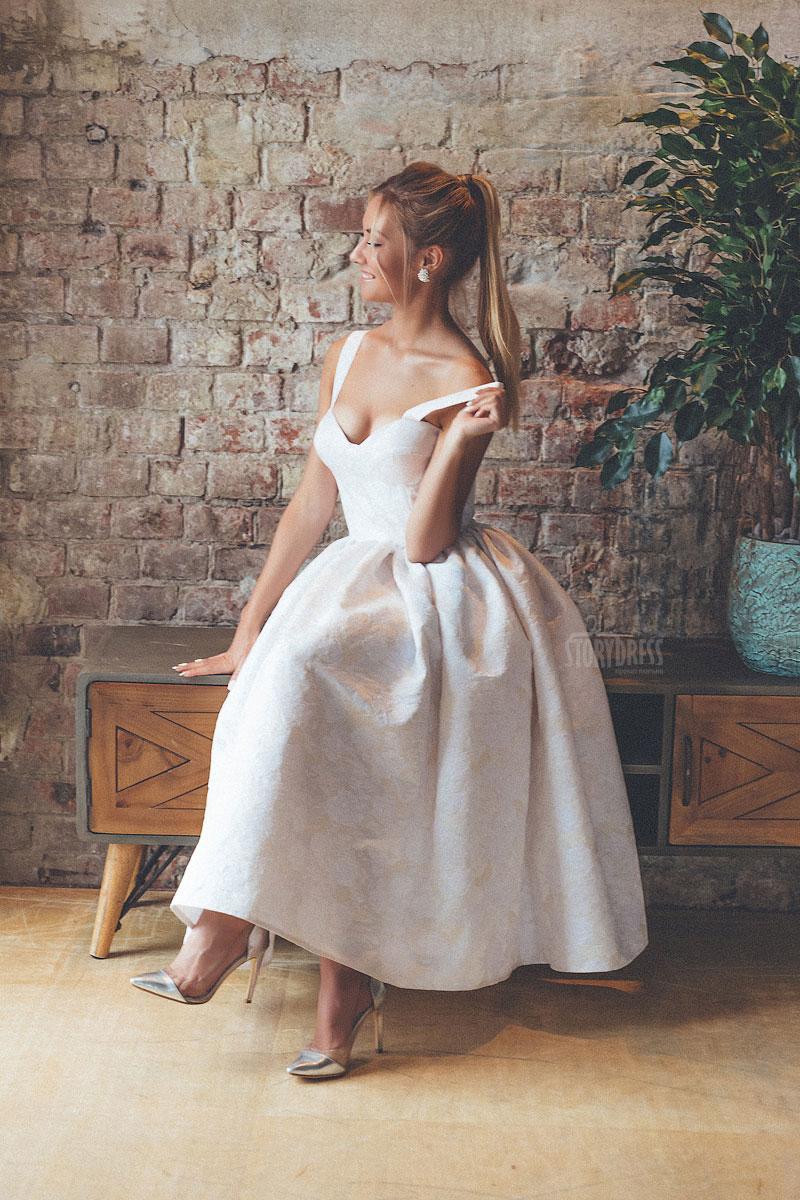 Платье с широкими бретелями
