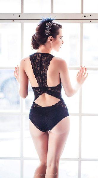 Кружевное боди с вырезами на спине