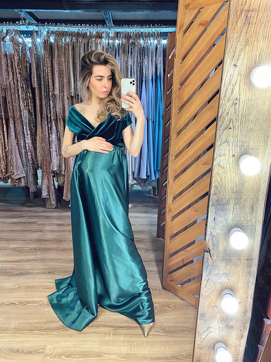 Зеленое платье для беременных с атласной юбкой