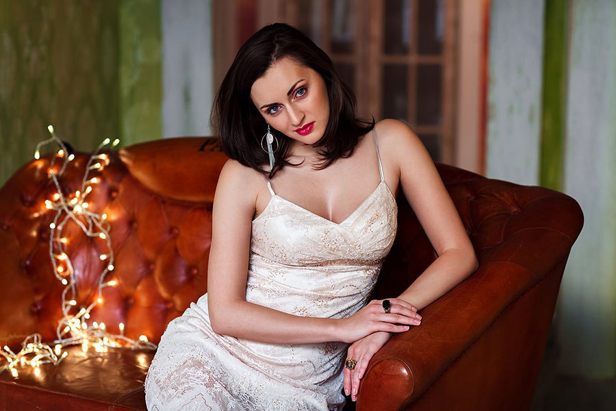 Девушка в вечернем платье цвета шампань