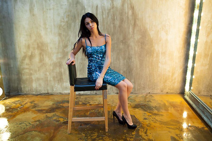Девушка в коротком платье с пайетками