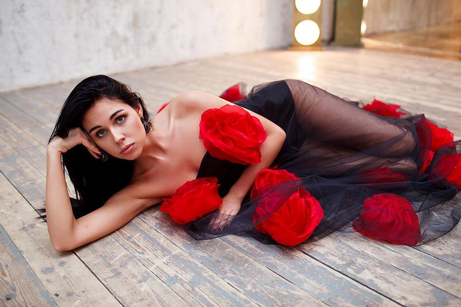 Фотосессия в черном платье с цветами