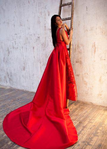 Алое платье с эффектным струящимся шлейфом