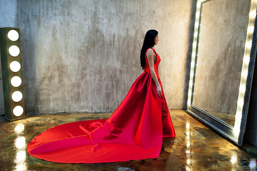 Красное платье с огромным шлейфом на фотосессии с зеркалом