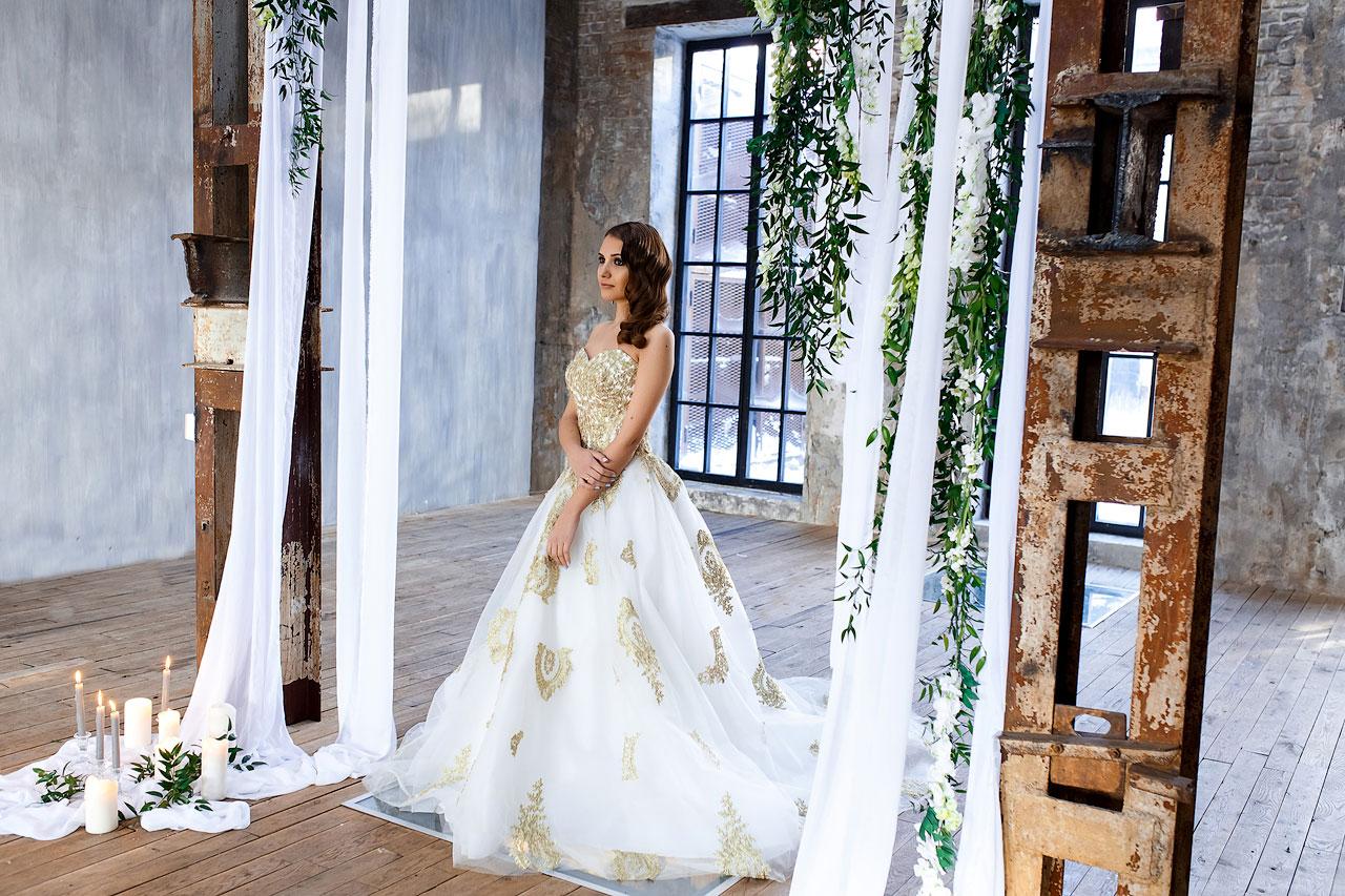 Свадебная фотосессия в платье утонченного дизайна