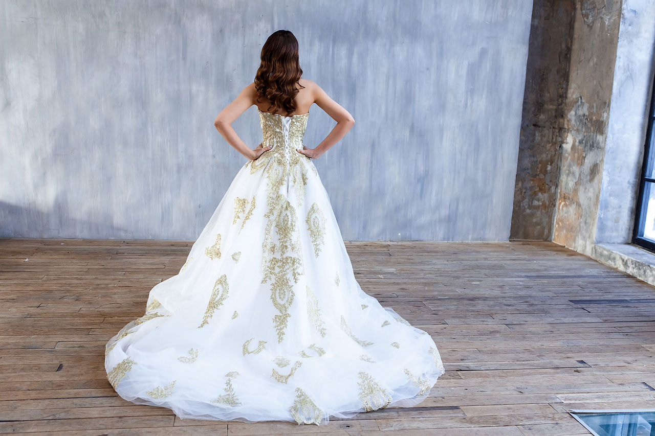 Белоснежное платье со шлейфом