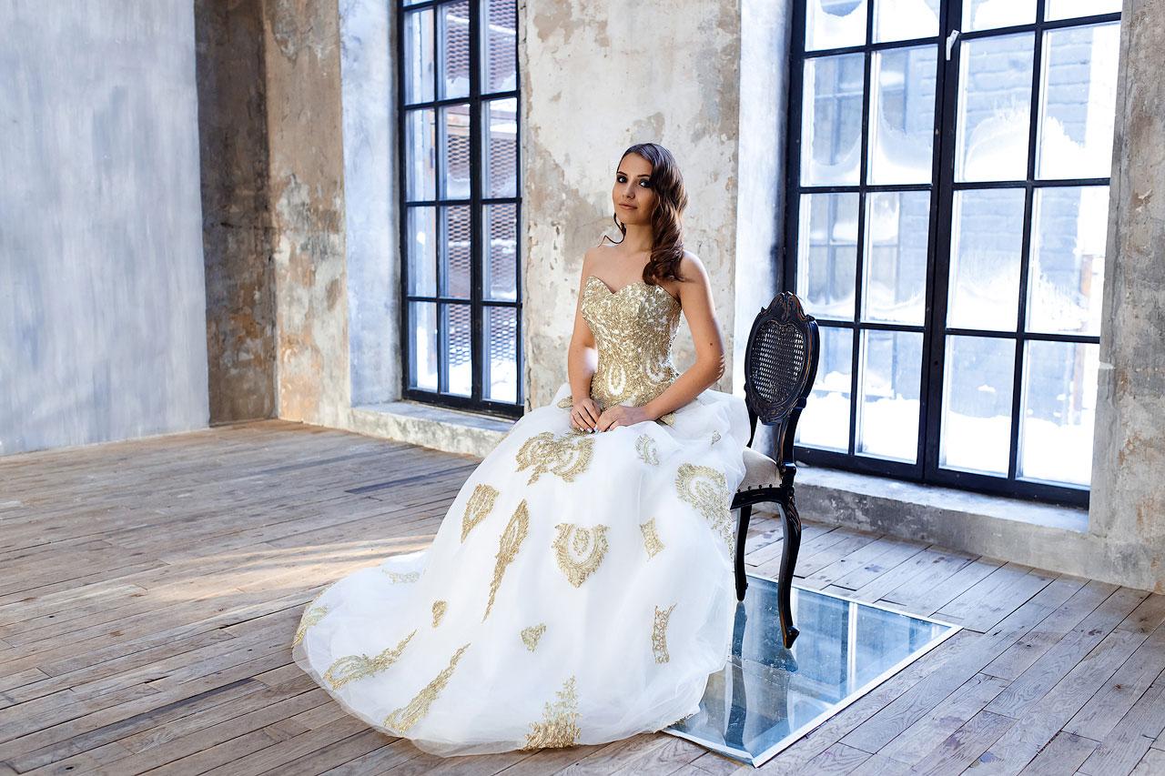 Шикарное платье с золотым кружевом