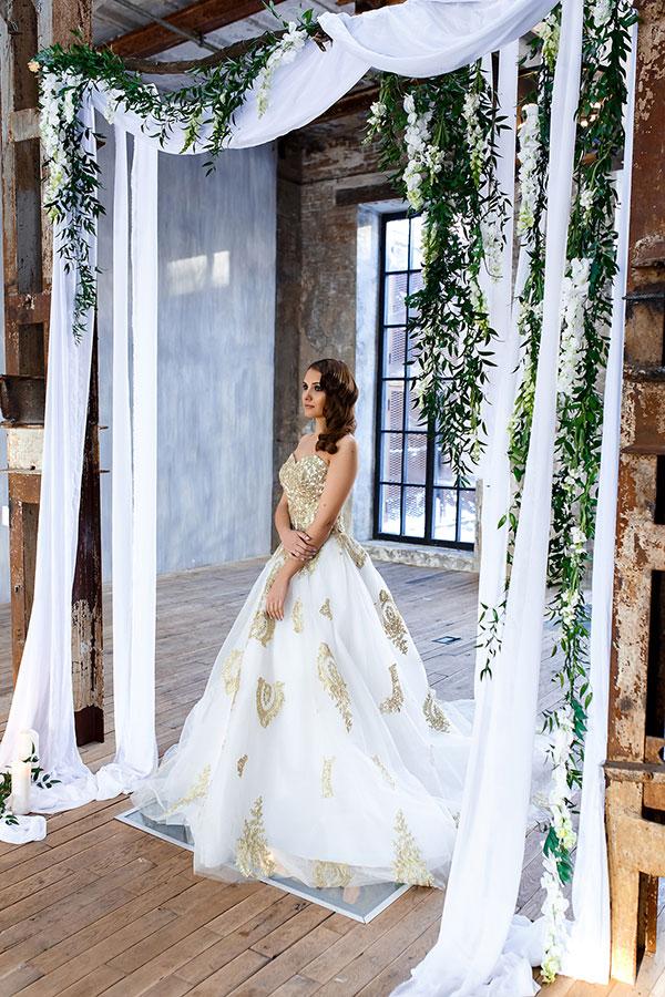 Фотосессия в белом свадебном платье с золотым декором