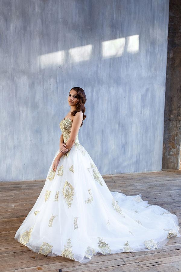 Великолепное платье с золотой вышивкой