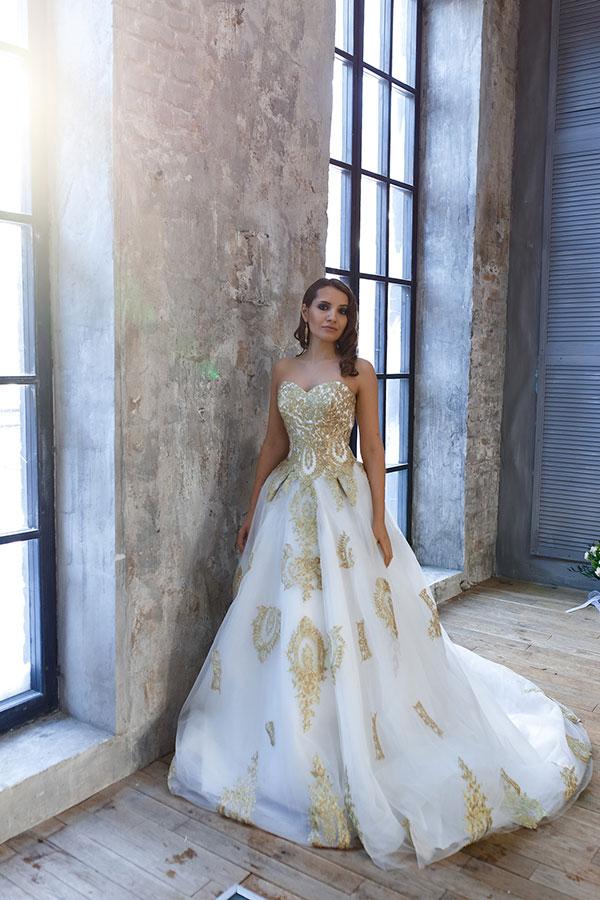 Белое платье с золотым кружевом