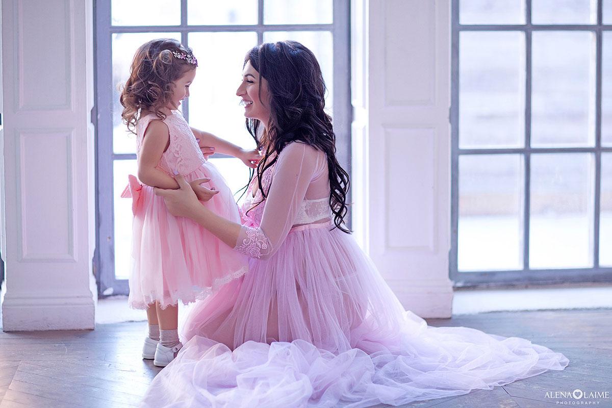 Милая фотосессия беременной мамы с дочкой