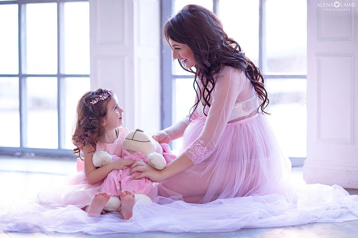 Фотосессия беременной мама с дочкой