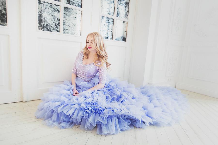 Фотосессия в голубом пышном платье с шлейфом