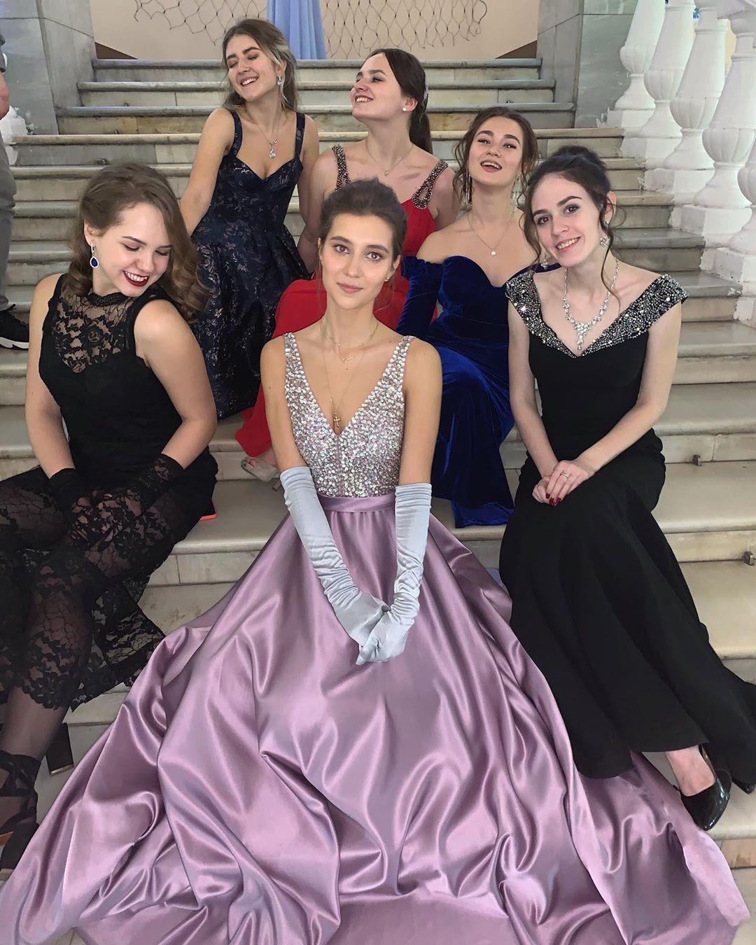 Студентки МГУ позируют на лестнице