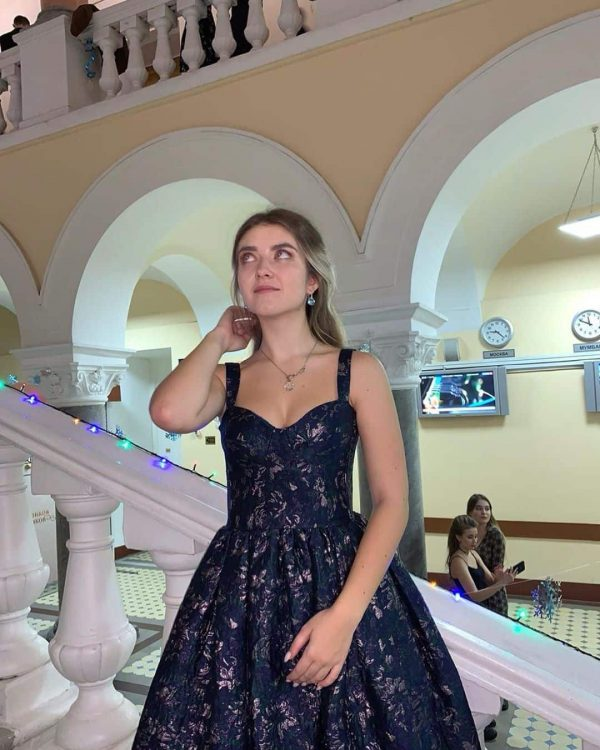 Студентка МГУ на балу в жаккардовом платье