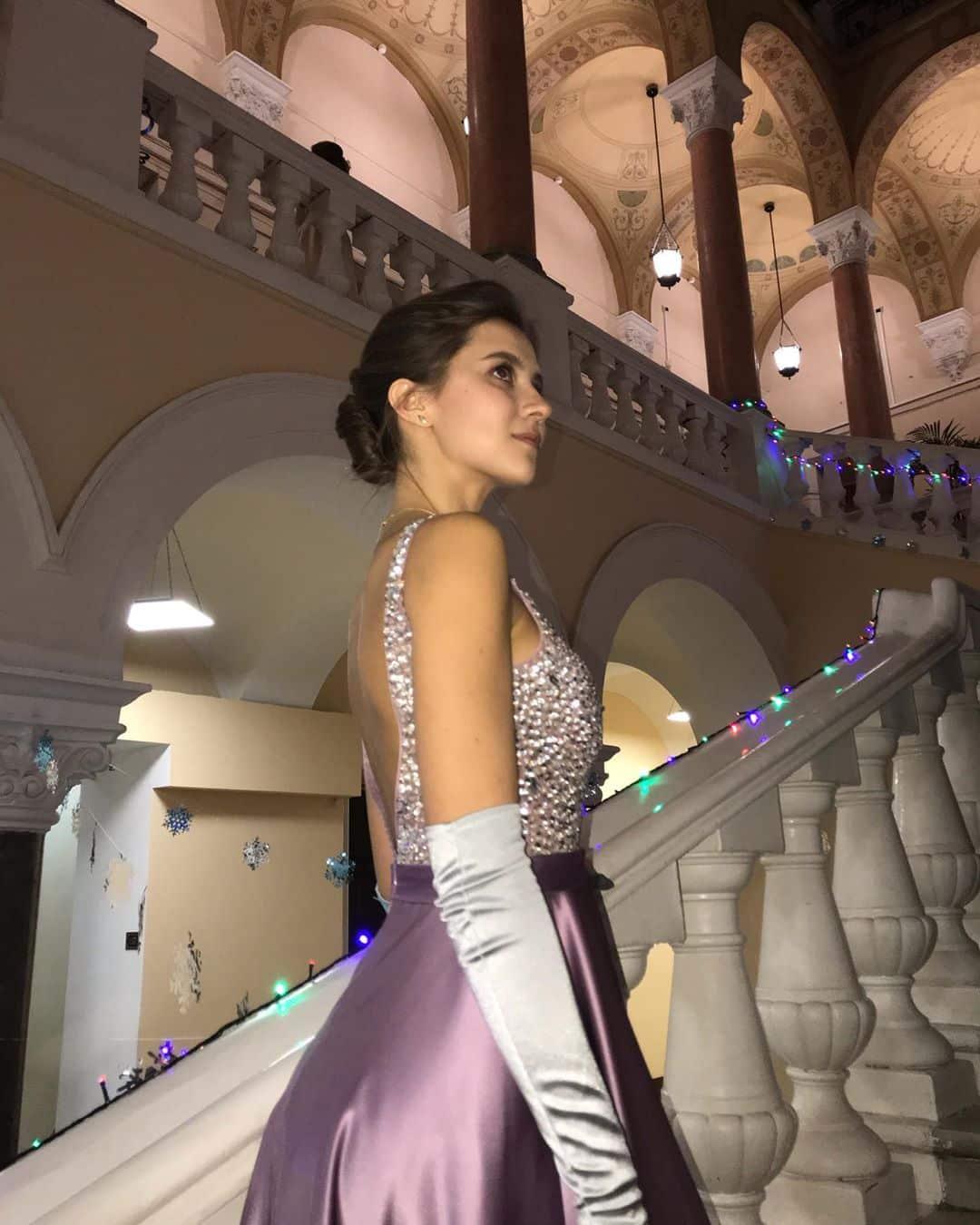 Девушка на балу в красивом платье