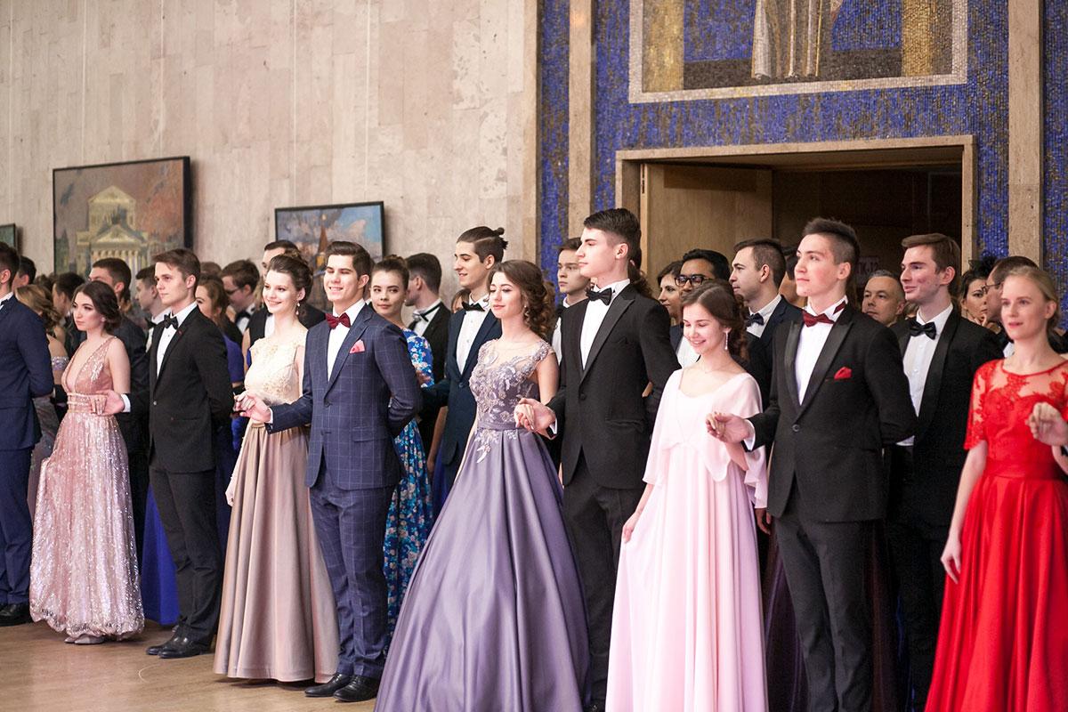 Студенты ждут объявления танца