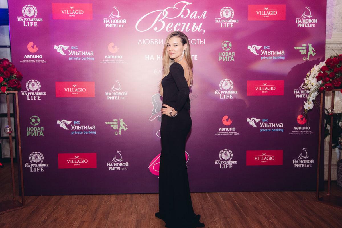 Девушка в вечернем платье со шлейфом на «Балу весны, любви и красоты»