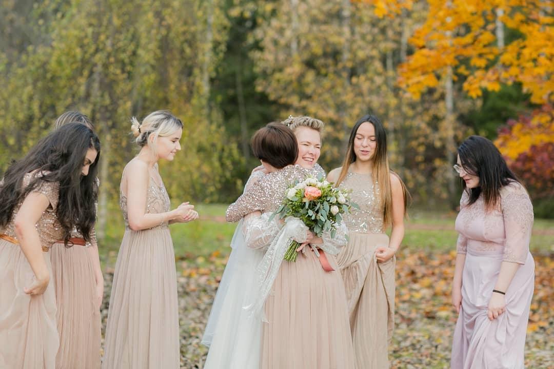 5 одинаковых платьев подружек невесты