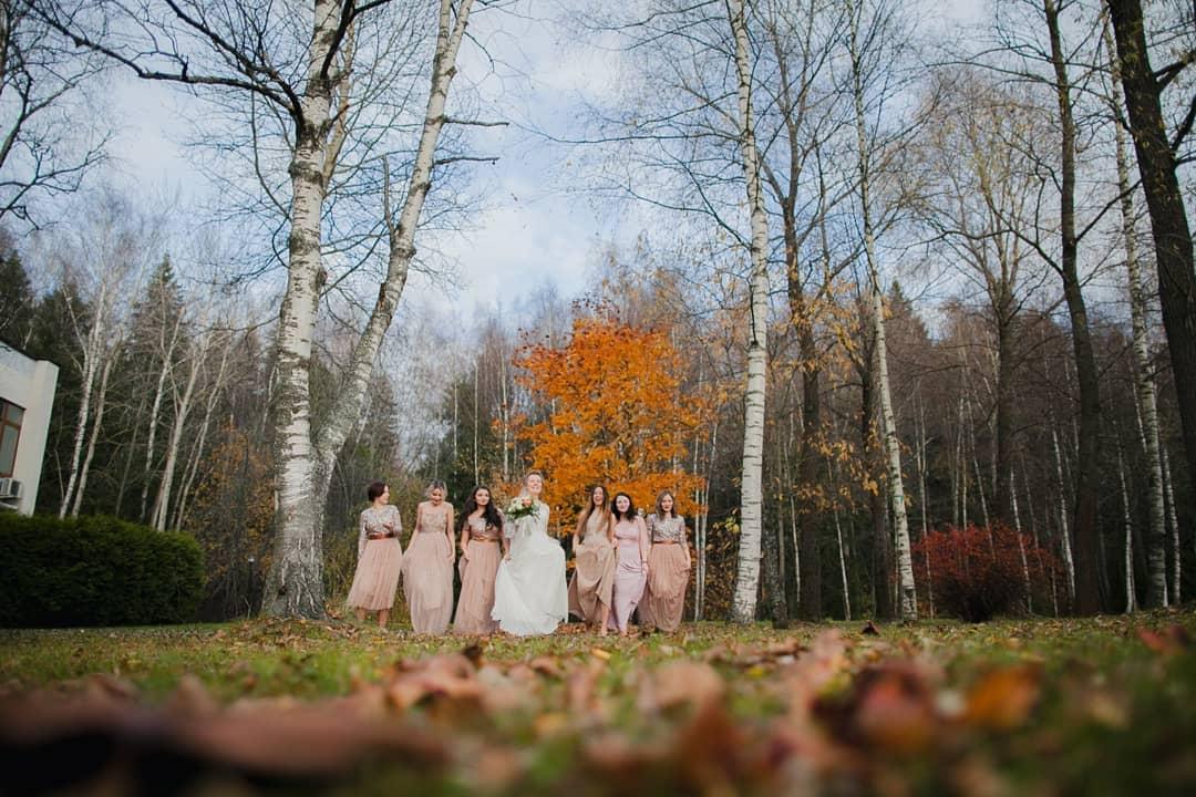 Подружки невесты в одинаковых платьях осенью