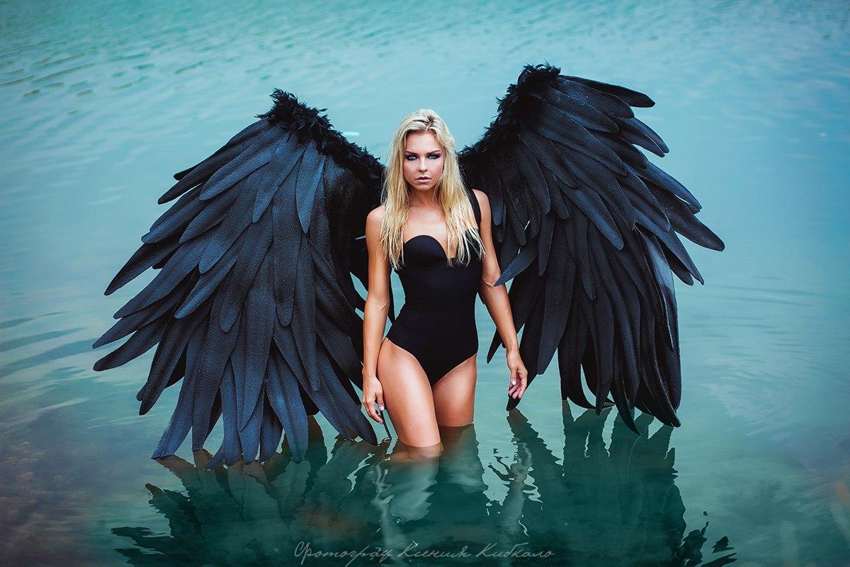 Фотосессия в черных крыльях
