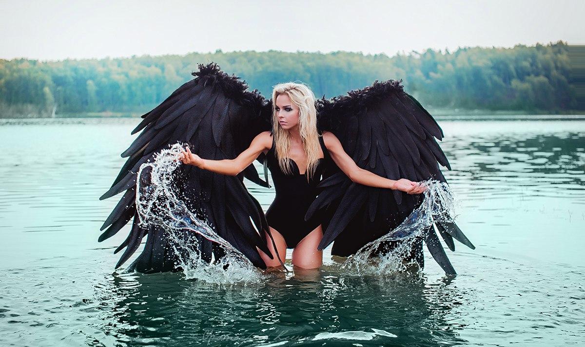 Фотосессия блондинки с черными крыльями за спиной