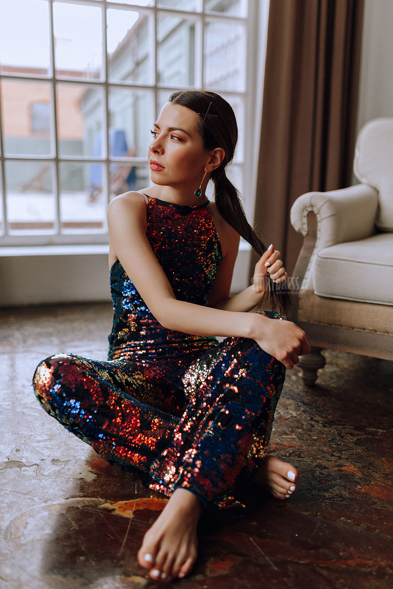 Модный комбинезон с двухцветными пайетками