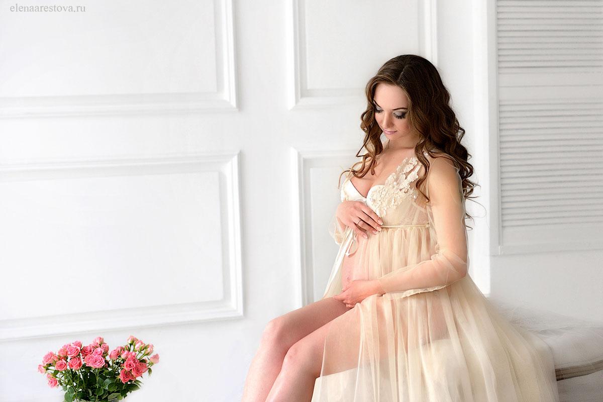 Девушка в интересном положении в платье сливочного оттенка