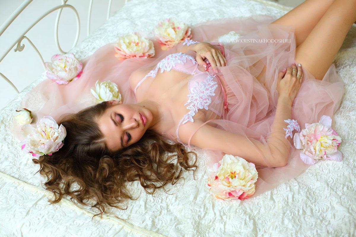 Фотосессия нежной шатенки в будуарном платье кораллового цвета
