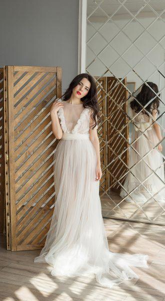 Молочное прозрачное платье с бантом на талии