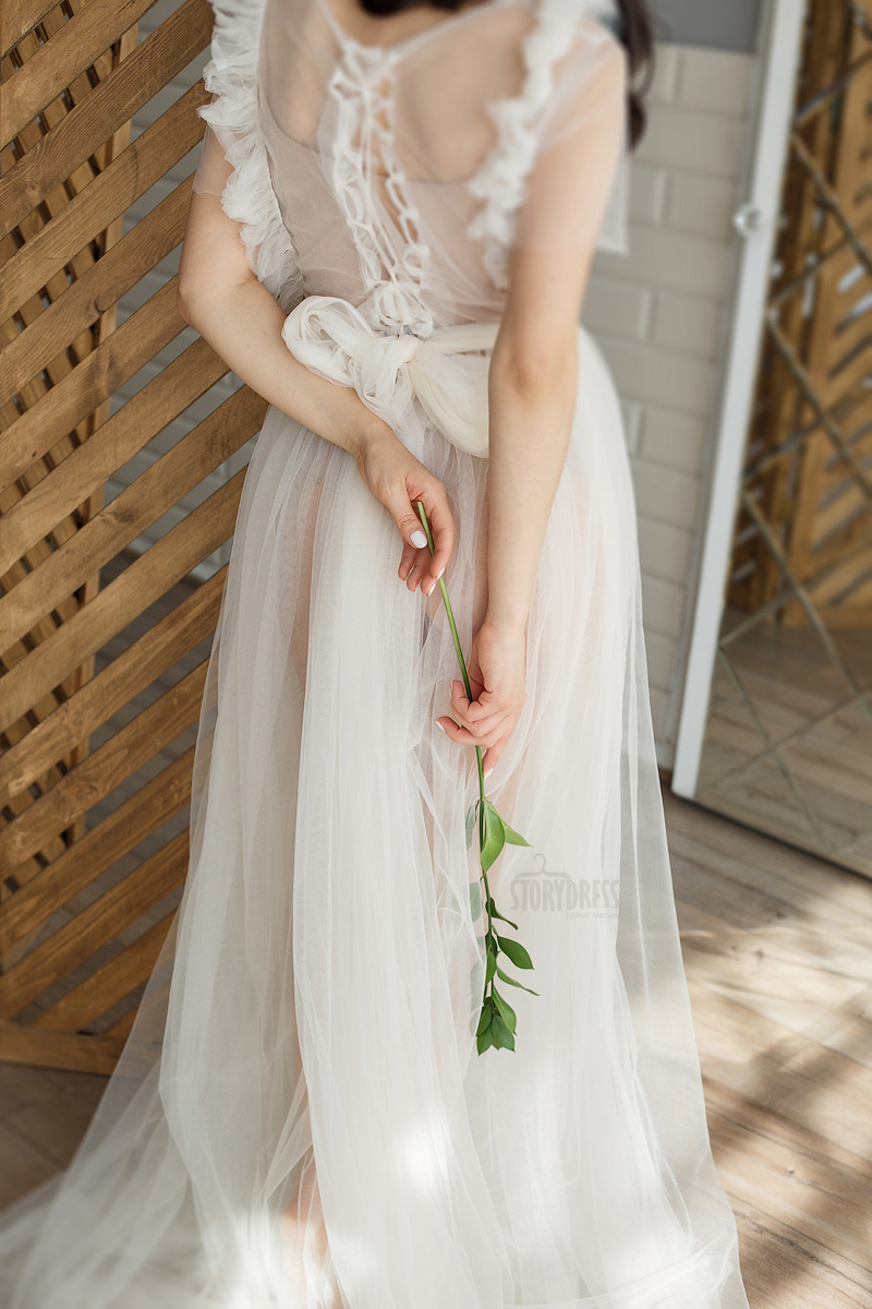 Шифоновое молочное платье со шнуровкой и бантом на спине
