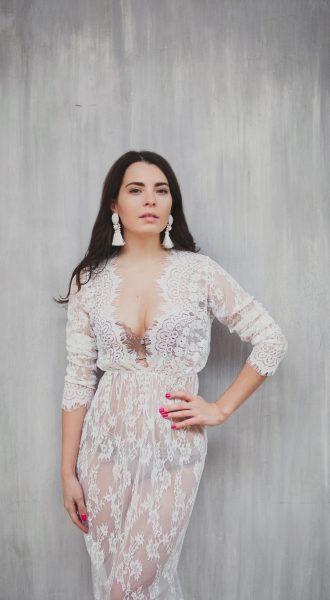 Прозрачное платье с глубоким вырезом