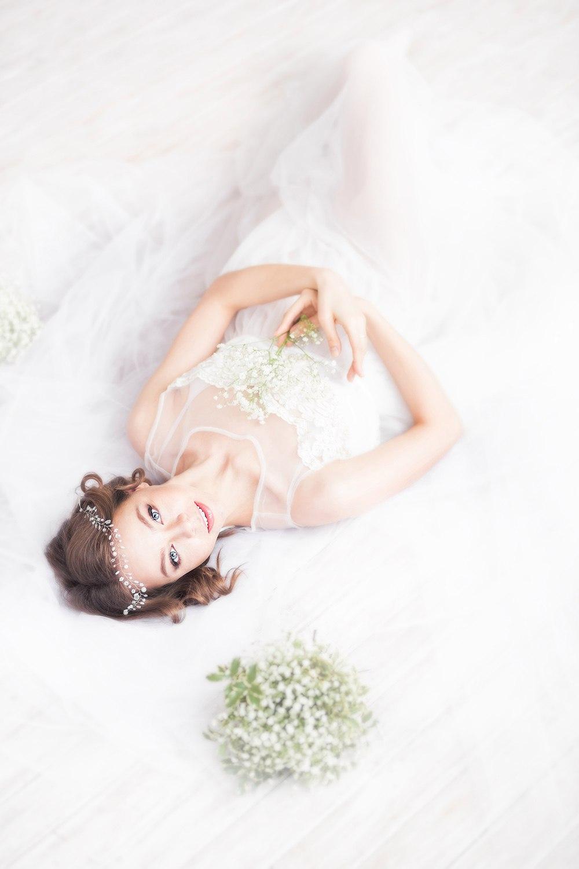 Нежное платье из белой тонкой ткани