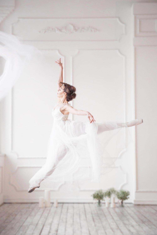Образ балерины в белоснежном пеньюаре