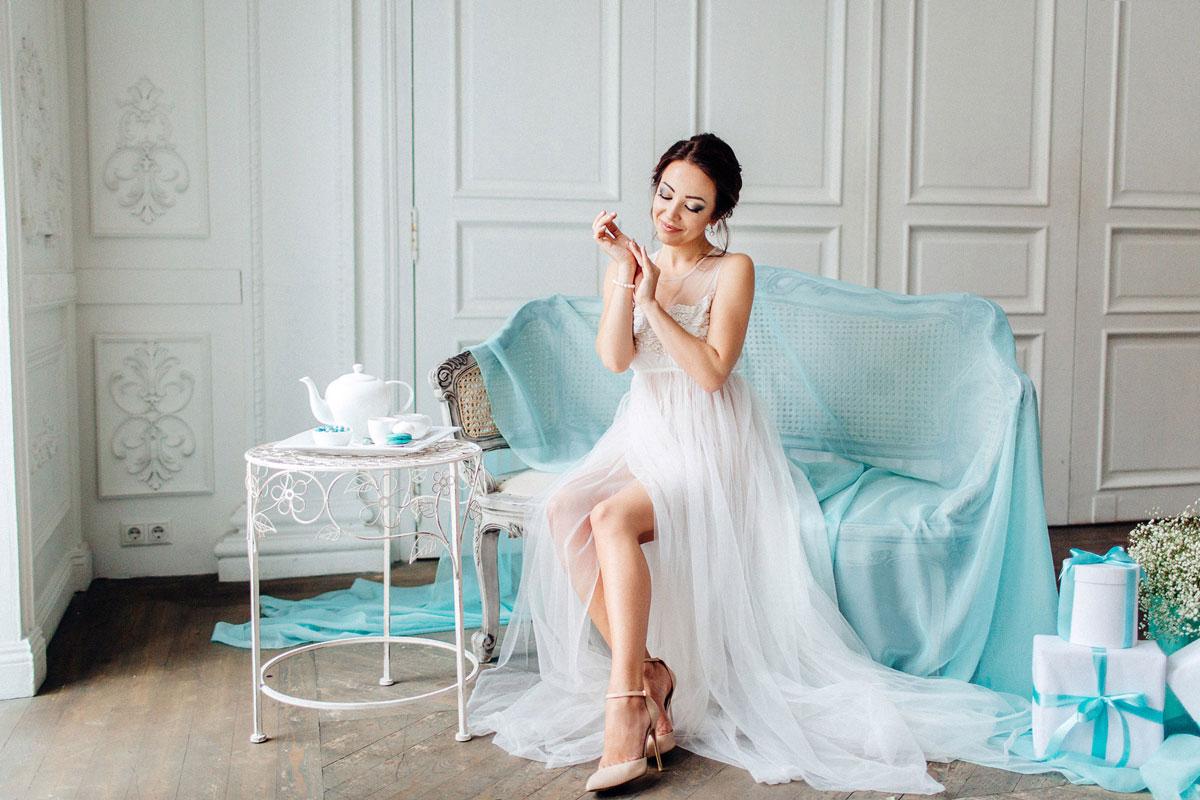 Утро невесты в прозрачном пеньюаре