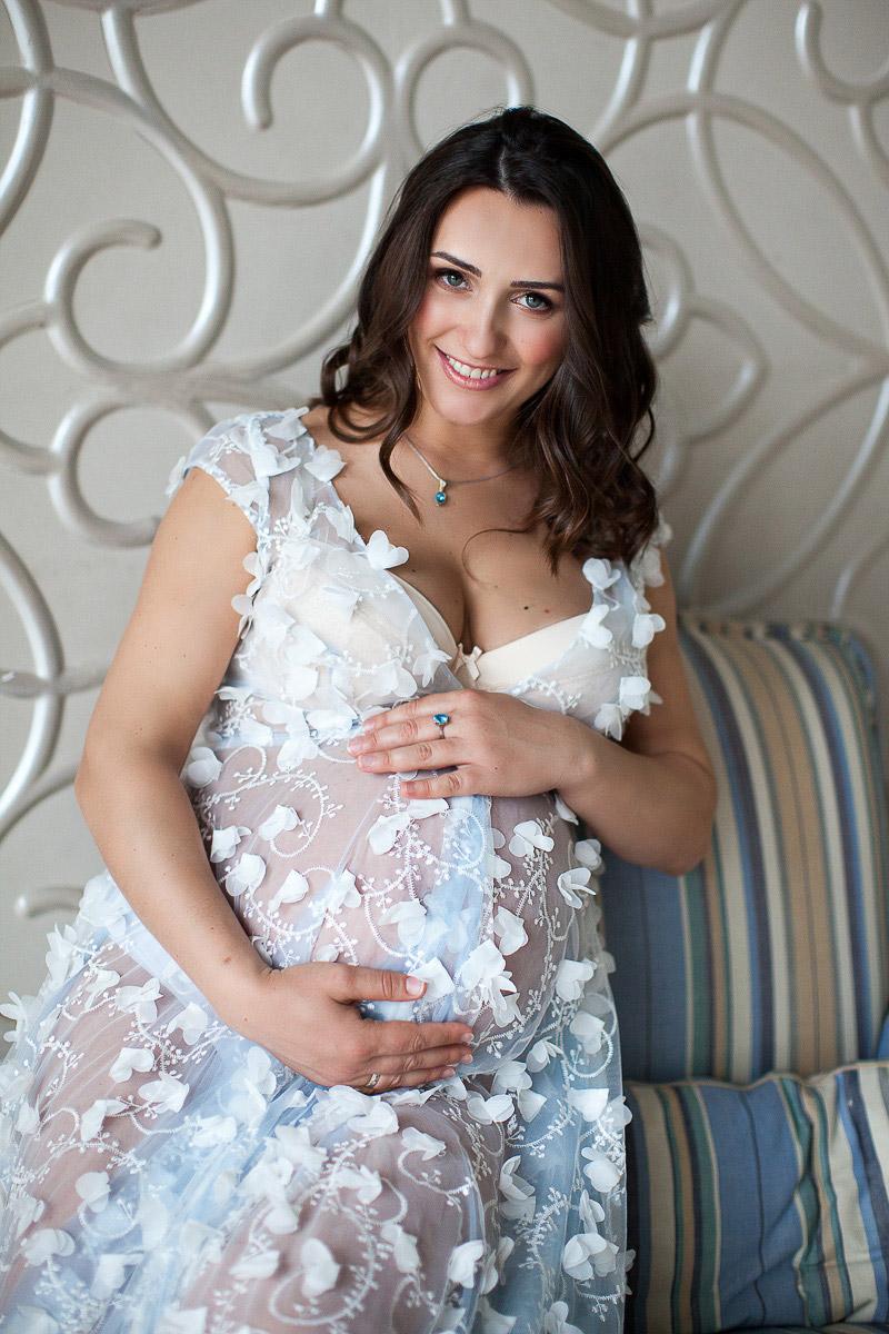 Женщина в будуарном платье для беременных
