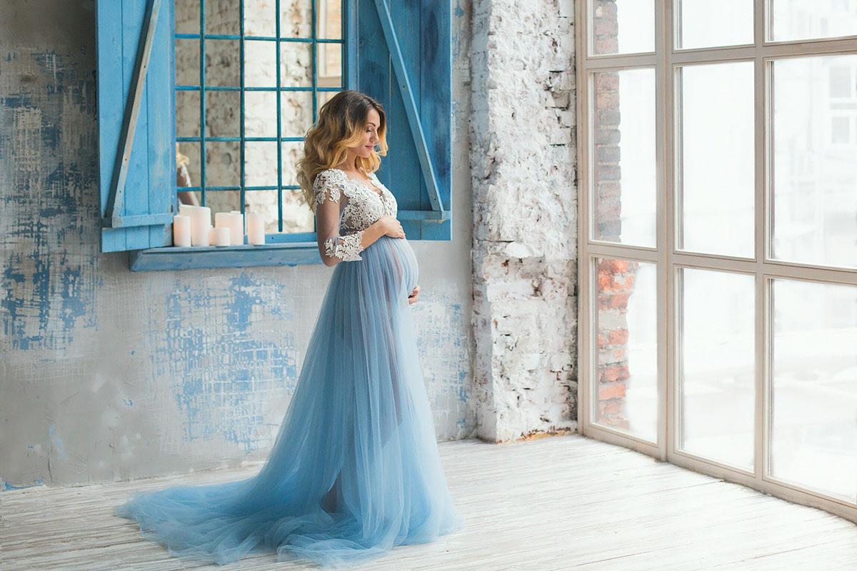 Голубое будуарное платье для беременных