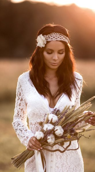 Будуарное платье-халат невинно-белого цвета из тонкой кружевной ткани