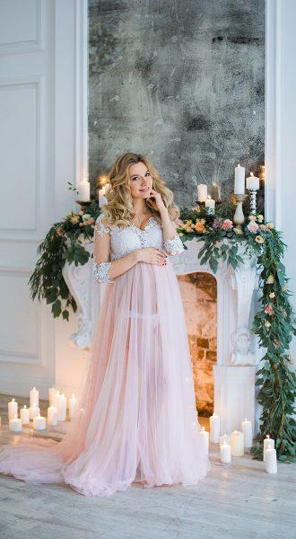 Фотосессия в полупрозрачном розовом платье для беременных