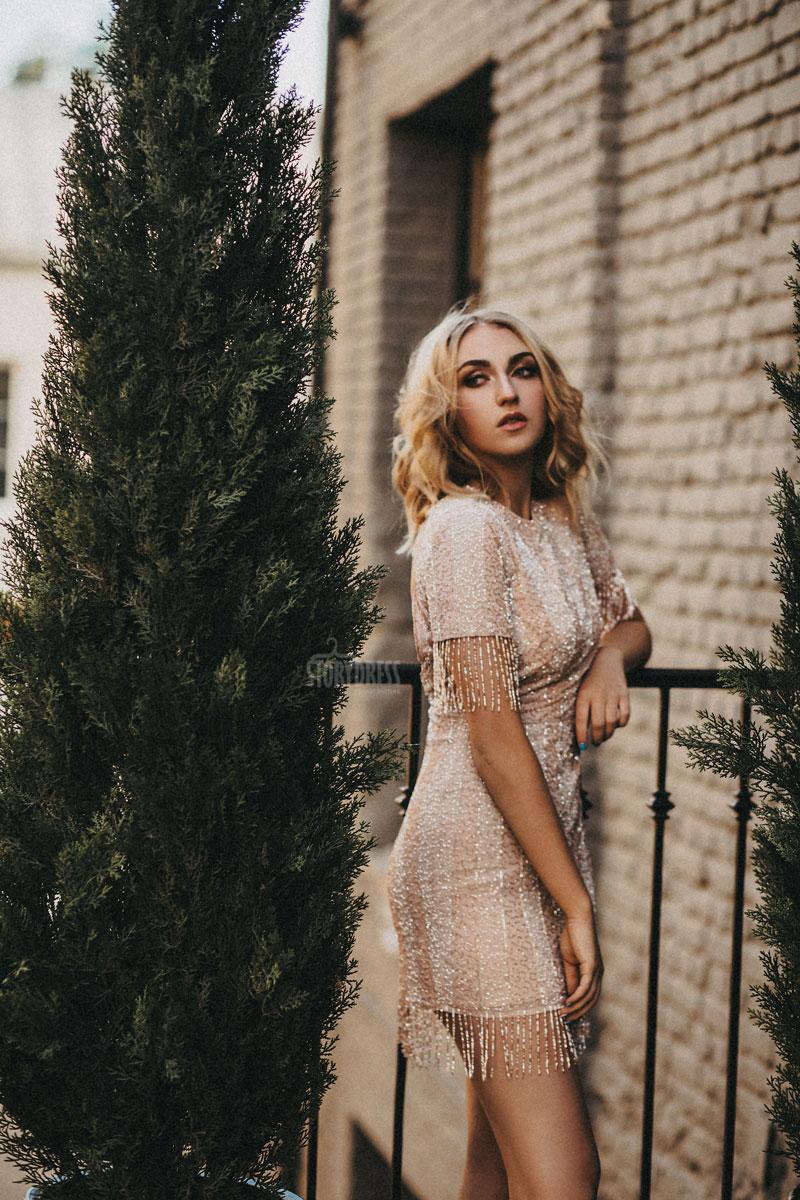 Коктейльное платье-мини нюдового оттенка для дерзкого образа