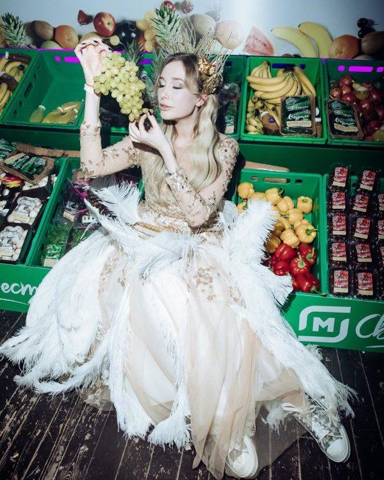 Марина Ермошина @amazing_marina в платье с перьями от Story Dress