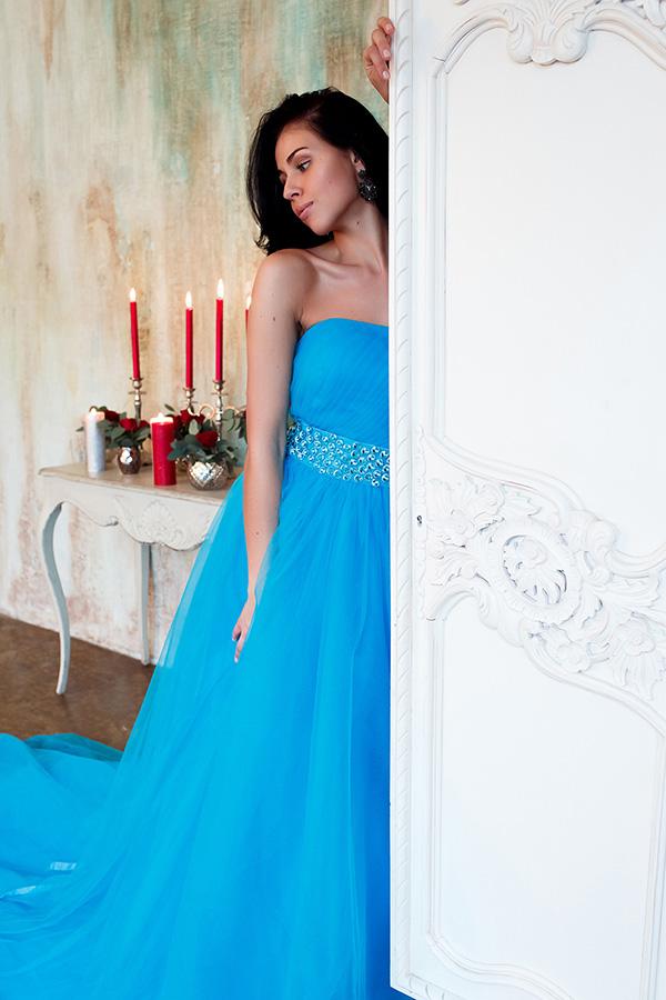 Фотосессия в винтажном стиле в платье со шлейфом