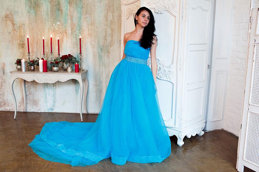 Голубое платье с длинным шлейфом