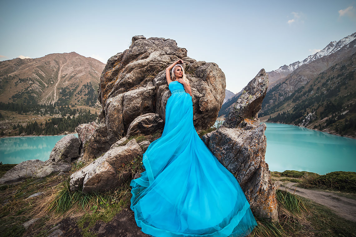 Фотосессия в платье на берегу горного озера