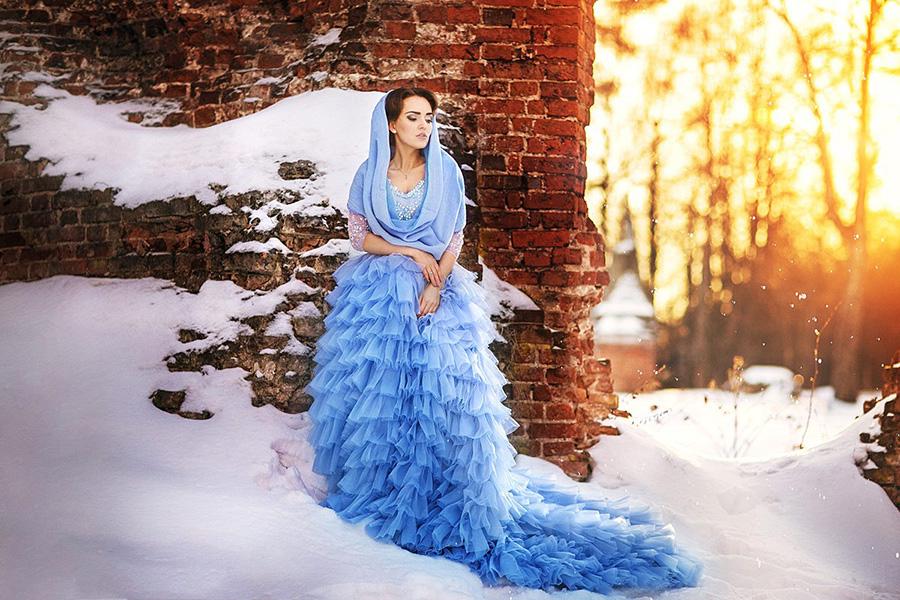 Зимняя фотосессия на фоне кирпичной стены на закате