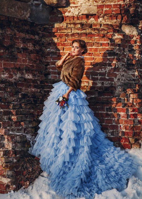 Голубое платье с пышной юбкой и шлейфом