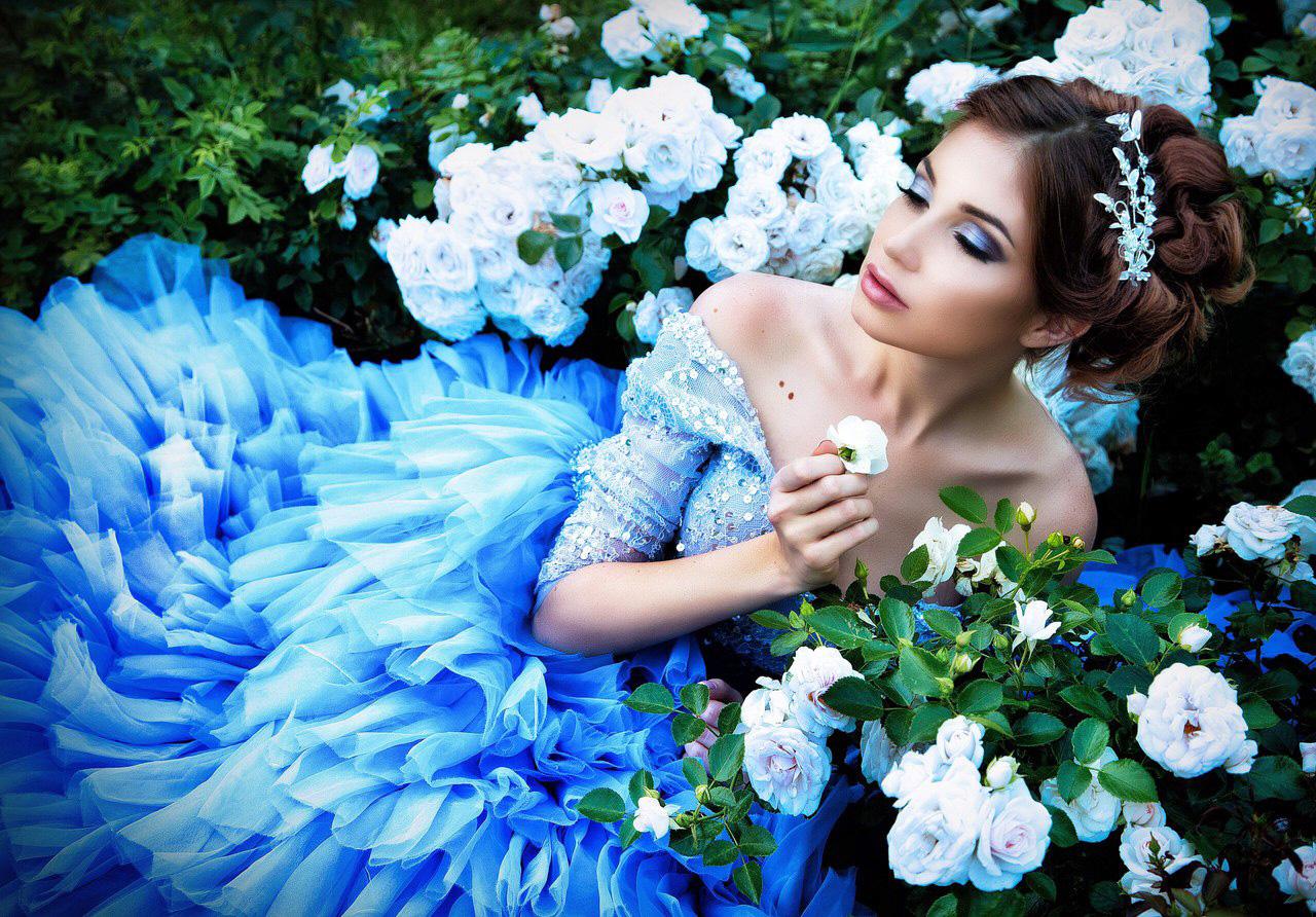 Фотосессия в платье насыщенного лазурного цвета