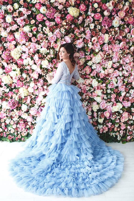 Девушка спиной в пышном платье