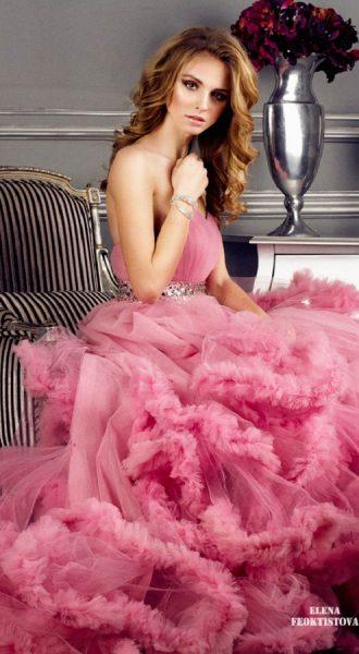 Модель в платье с пышным подолом