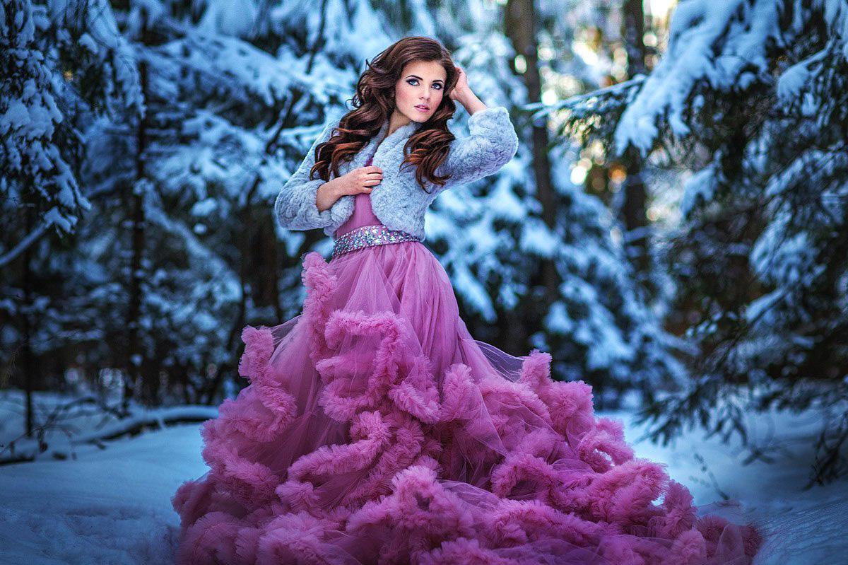 Зимняя фотосессия в заснеженном лесу